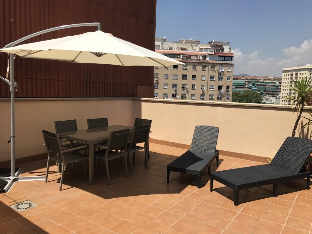 Terraza reformada en vivienda de inversión en Barcelona